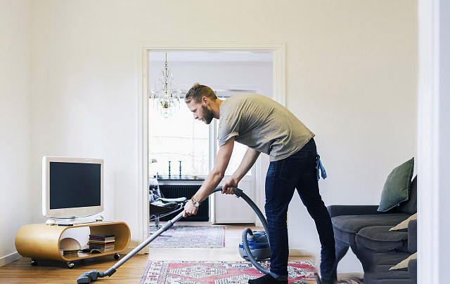 吸尘器清理室内残留的灰尘及跳蚤虫卵
