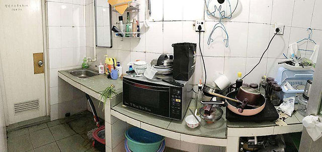 厨房每次做完菜都收拾好拖地,但只要有一点潮湿和一些食物碎渣没有及时清理掉,就足够蟑螂饱餐一顿。